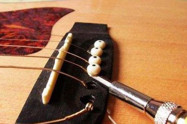 民谣吉他安装琴弦方法